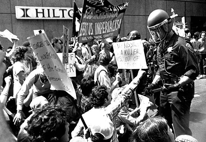 Police-pressure-Salvador-demonstrators-at-Hilton.jpg