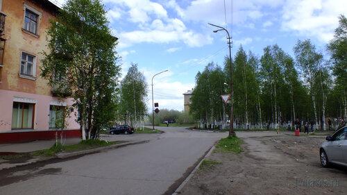 Фото города Инта №4551  Поворот на мост в районе Полярной 12, а также северо-западный угол аллеи
