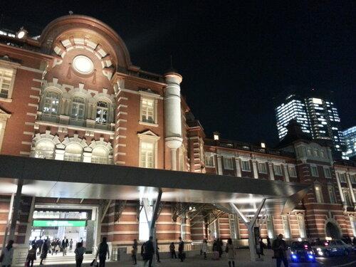 Единственное здание в европейском классическом стиле, которое мы смогли найти в Токио - один из вокзалов, да и то только с одной стороны
