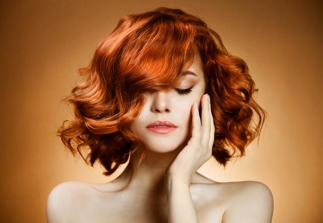 © DEPOSITPHOTOS  Девушкам сзолотисто-рыжими волосами cоветуем остановить свой выбор напомада