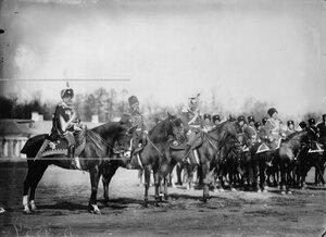 Группа старших офицеров на конях на правом фланге во время парада полка.