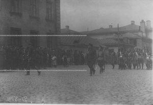 Колонна Измайловского полка проходит церемониальным маршем мимо группы офицеров с командующим Петроградским военным округом  генерал-майором   О.П.Васильковским.