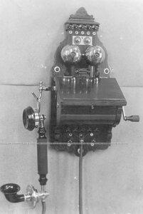 Внешний вид стенного индукторного телефонного аппарата без элементов питания (элементы устанавливаются отдельно в футляре).
