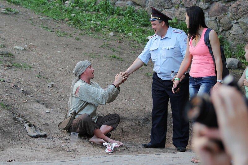 нищий, раздающий счастье и полицейский на фестивале «Майское дерево 2014»