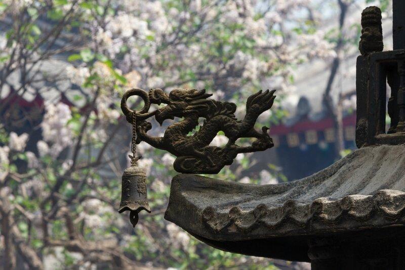 Дракон с колокольчиком, деталь жертвенника, храм Белого облака, Пекин
