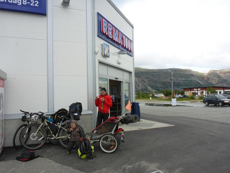 покупка продуктов в магазине Rema 1000 в Lakselv в велопоходе