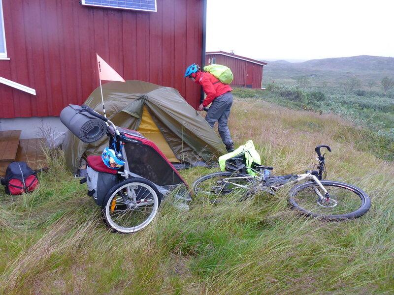 устанавливаем палатку за стеной домика