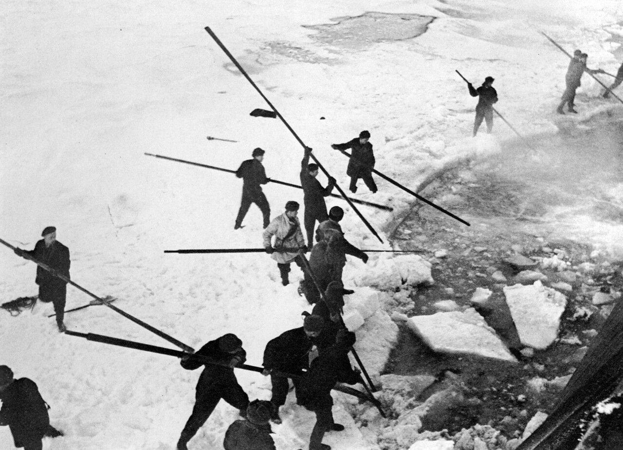 1936. Аврал на ледоколе Красин.