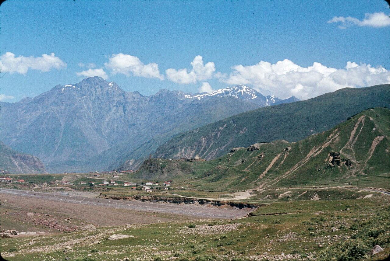 По дороге на Орджоникидзе. Деревня Сиони и Казбек (5043 м)