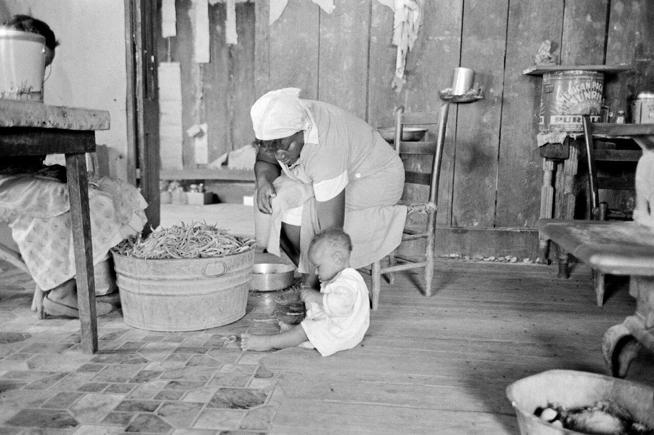 Бадья стручковой фасоли в доме испольщика, округ Новый Мадрид, Миссури, 1938