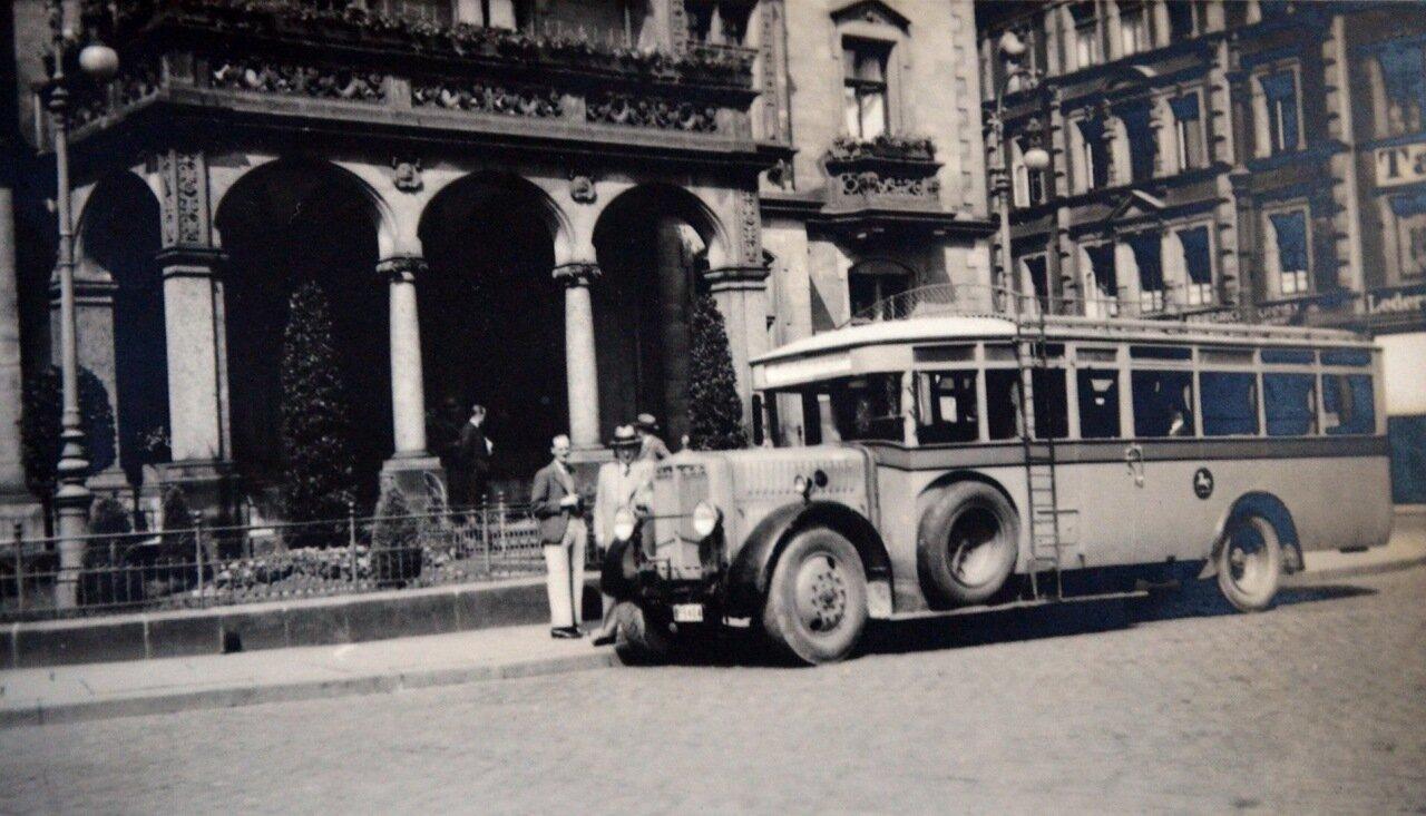 Брауншвейг. Перед фасадом отеля Дойчехаус. 1933