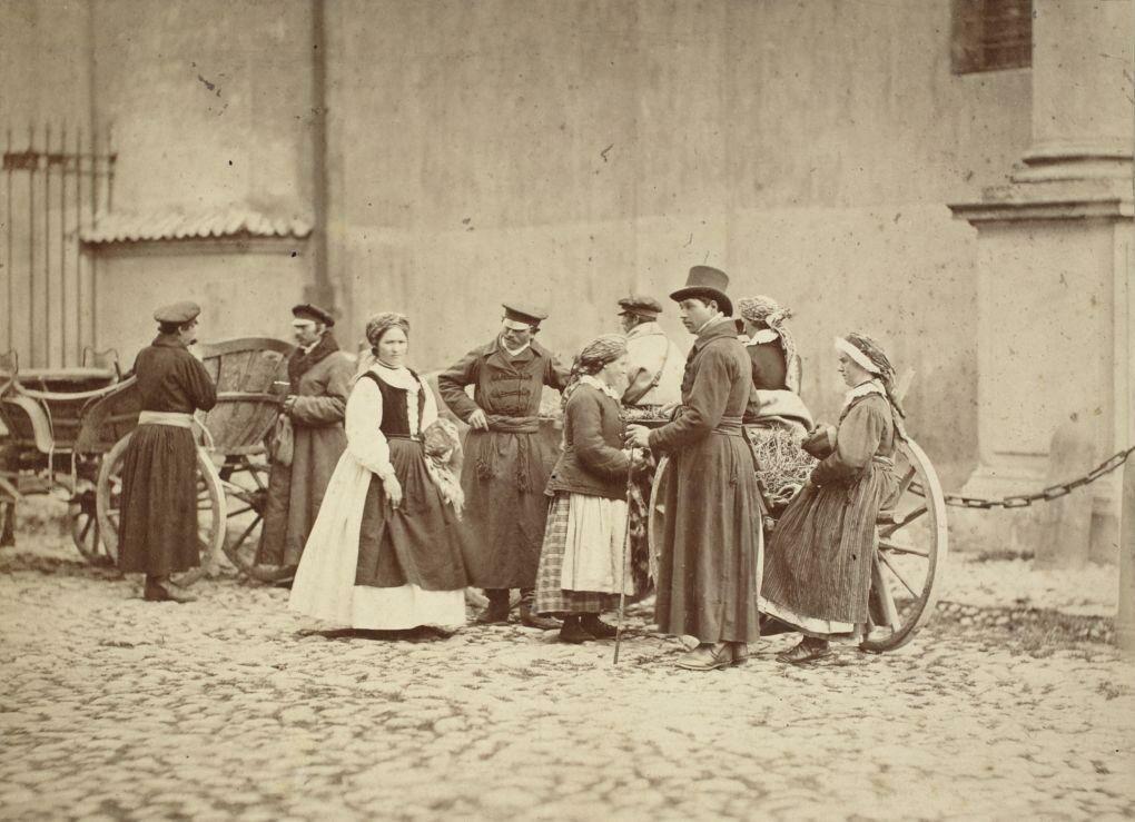 1866. Жители деревни Вилянув перед костелом