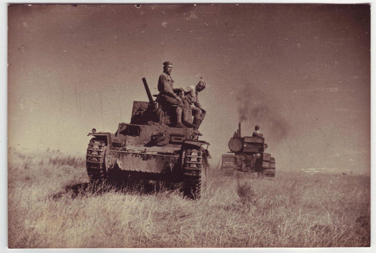 Солдаты на трофейной немецкой SKODA LT-35