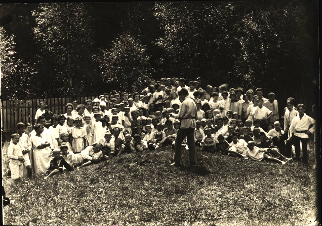 Еврейская образцово-показательная детская коммуна в Малаховке под Москвой. Общее собрание. (В первом ряду третий слева - писатель Добрушин). 1921-1922