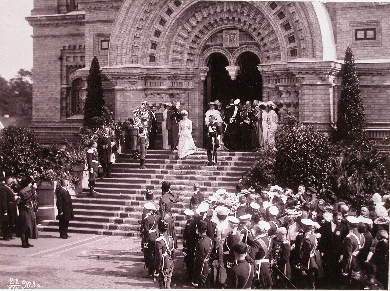 Император Николай II, вдовствующая императрица Мария Федоровна (на ступенях ), императрица Александра Федоровна, великий князь генерал-адмирал Алексей Александрович выходят из Морского собора по окончании литургии