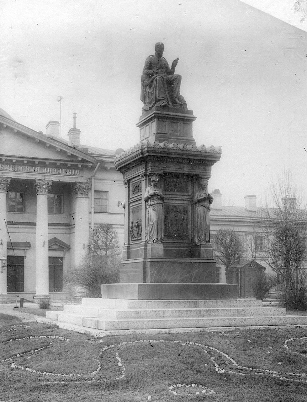 05. Вид памятника Я.В.Виллие (1768-1854) перед входом в главное здание академии
