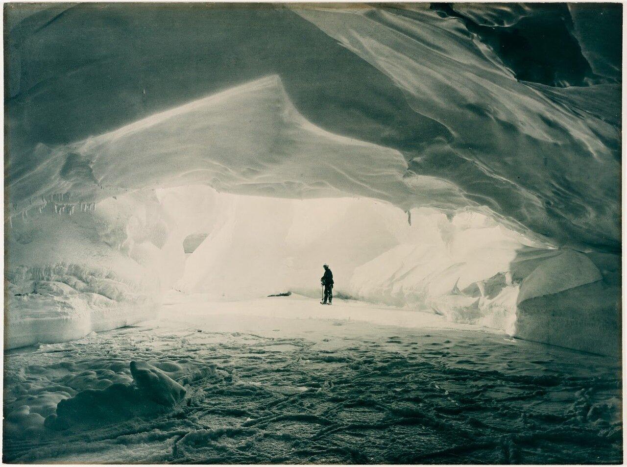 Пещера на берегу моря Содружества в ледяной стене, 1911-1914