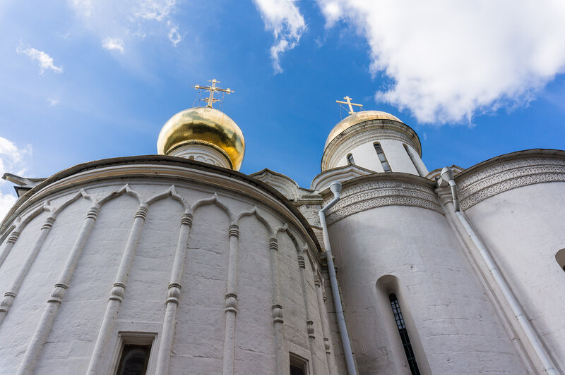 Троицкий соборс Никоновым приделом (слева) - Троице-Сергиева Лавра