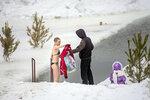 Сибирская лав-сторь 1: парень привёл девушку к проруби у застывшей реки и раздел