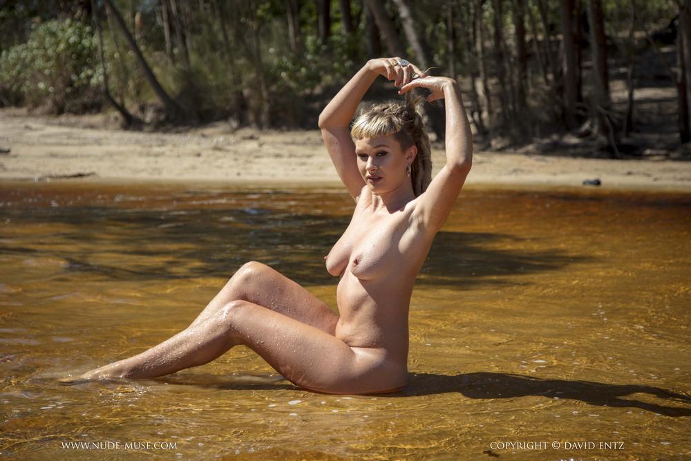 Обнаженная Ember в воде