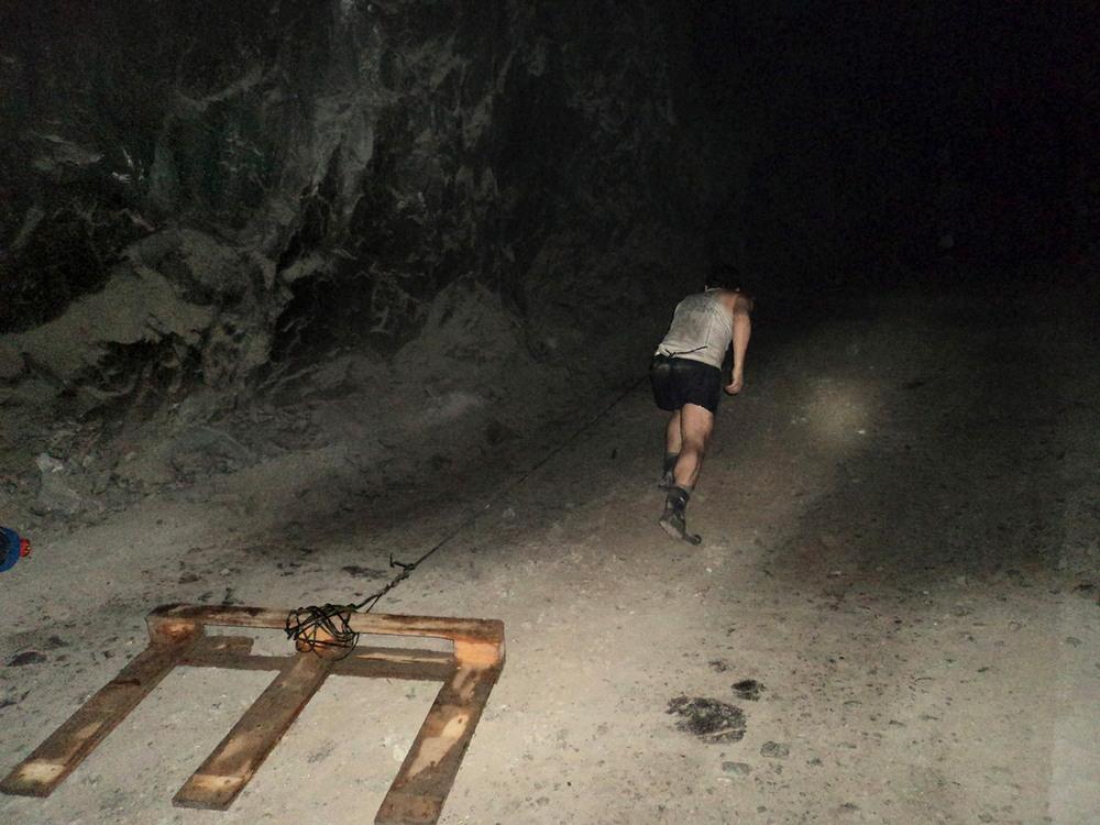 Фоторепортаж из-под земли, снятый шахтером в завале