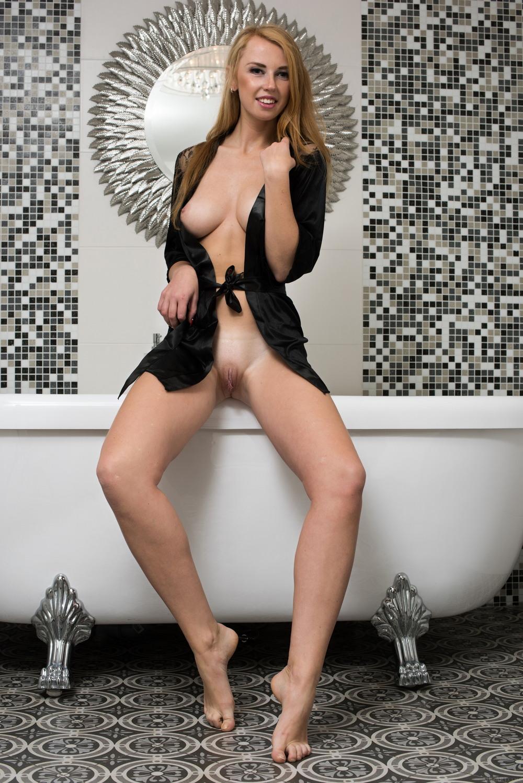 Helene в ванной