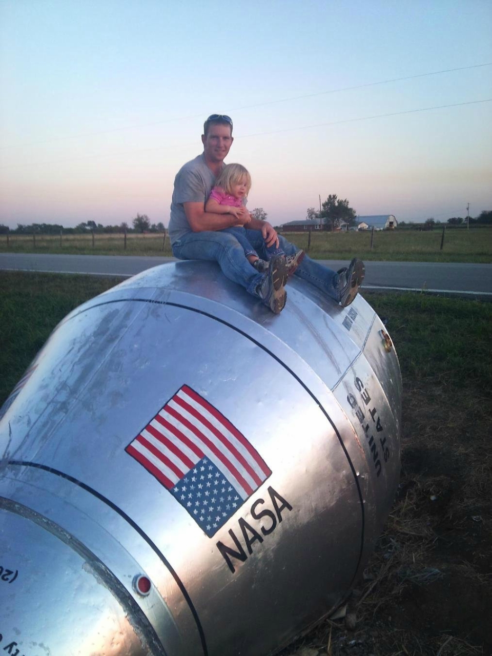 Как в канаве нашли космический корабль НАСА очень, дороги, бочку, космический, назад, которым, понравилась, Бочку, очистили, ржавчины, стельными, покрыли, листами, появились, муляжи, сопел, двигателя, также, некоторые, соседи