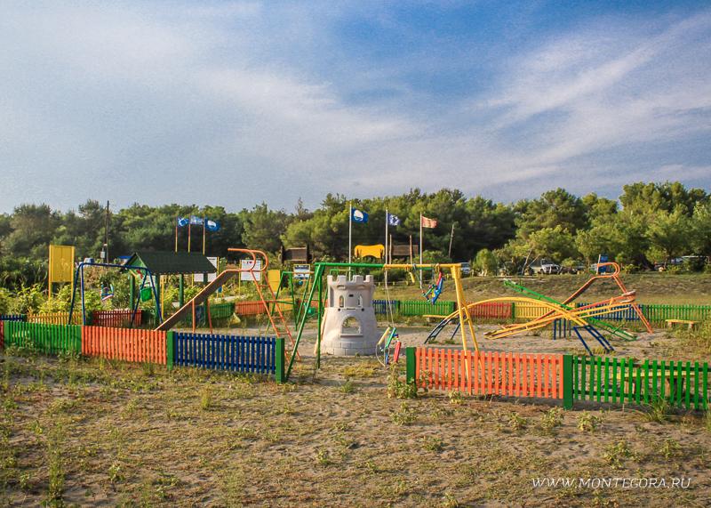 На многих пляжах имеется инфраструктура в виде детских площадок, туалетов и душа