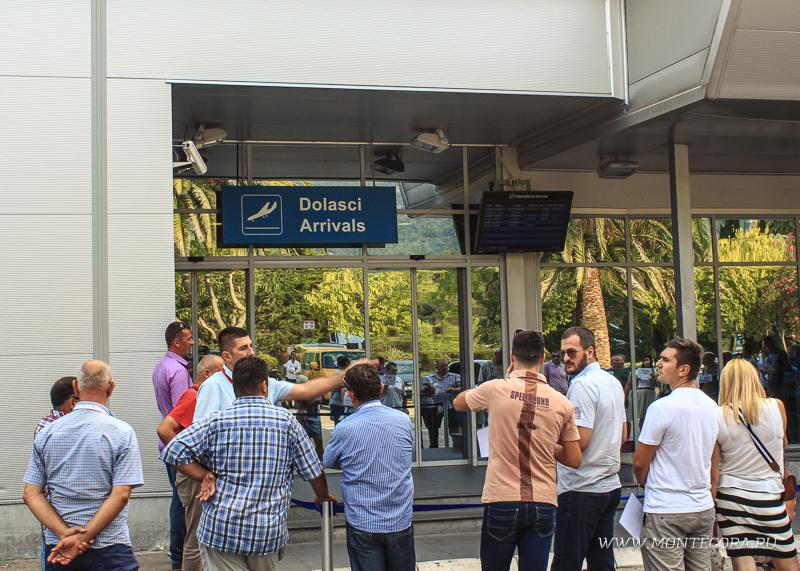 При заказе трансфера из аэропорта Тивата водитель встретит с табличкой