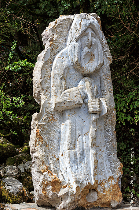каменный старец в Рицинском национальном парке