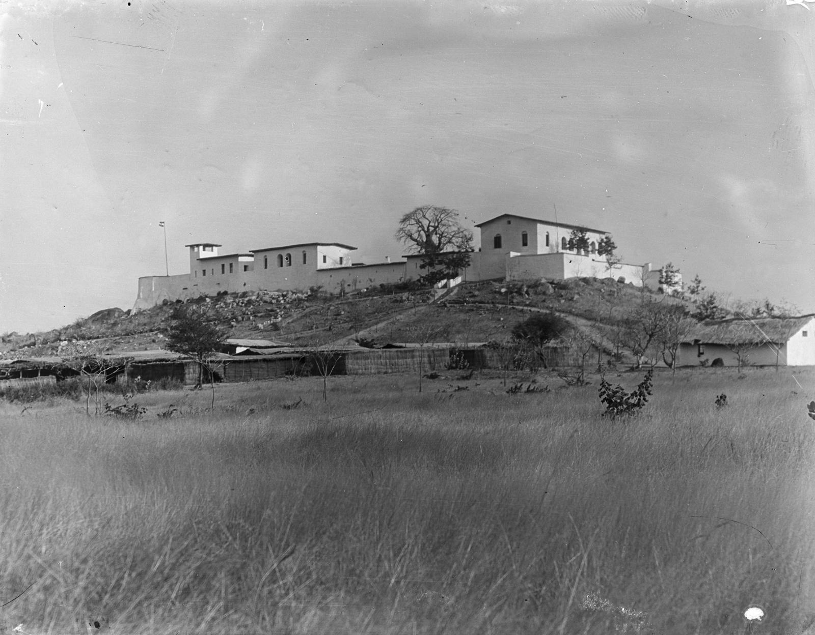 115. Вид на Бому из Мкаламы. Термин «Бома» означает одно или несколько укрепленных зданий на суахили