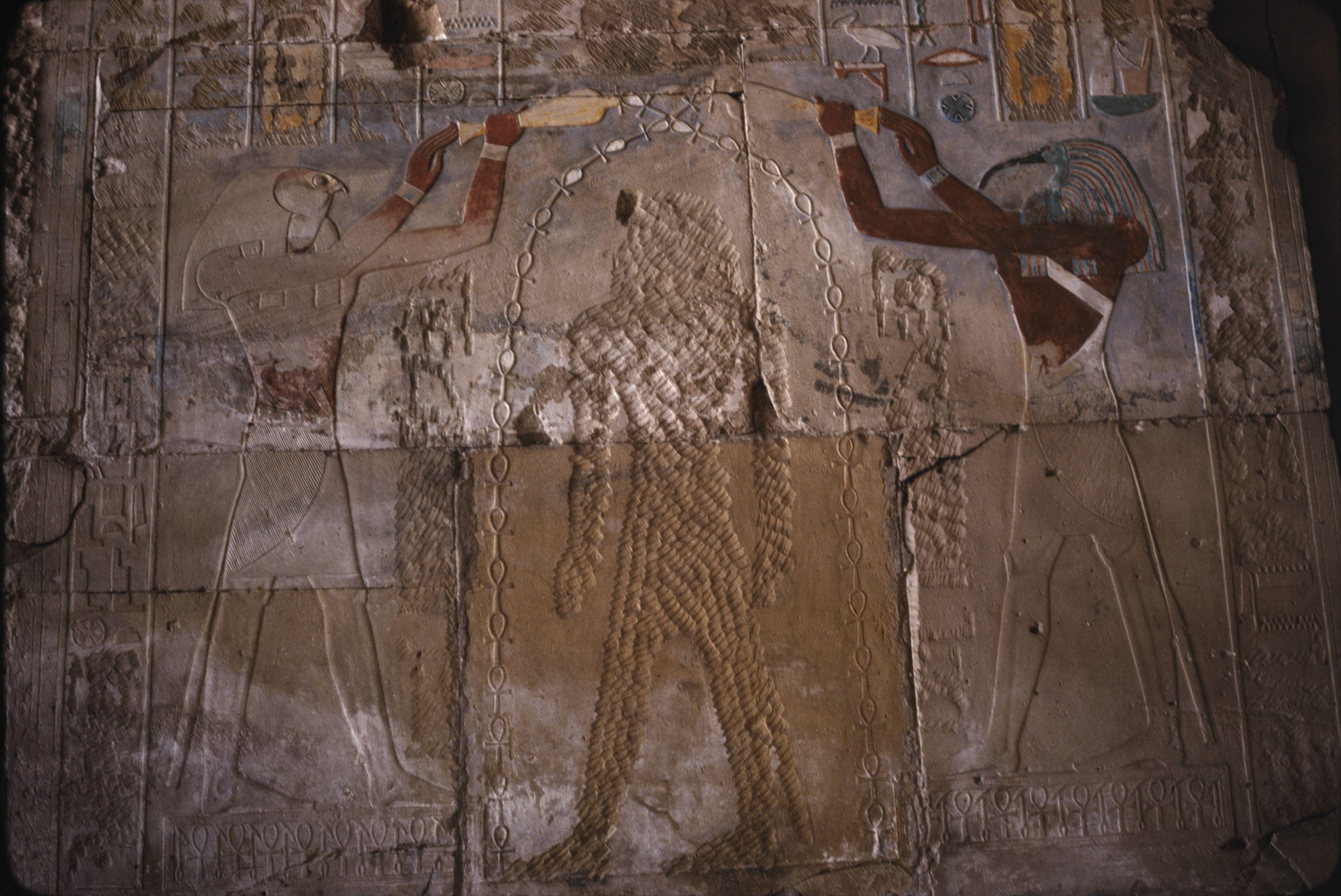 Красочный рельеф Хатшепсут. Справа Тот, слева Ра, в центре Хатшепсут