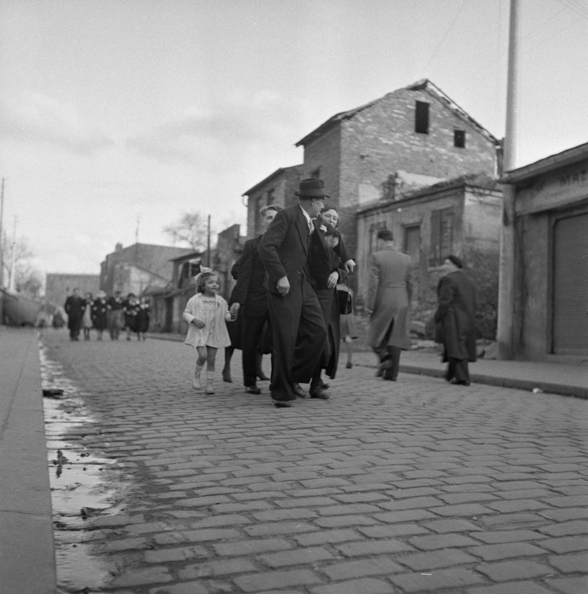 53. Группа людей на улице