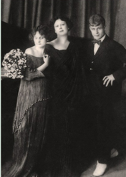 Portrait of Sergei Yesenin, Isadora Duncan, and their adopted daughter, Irma, 1922