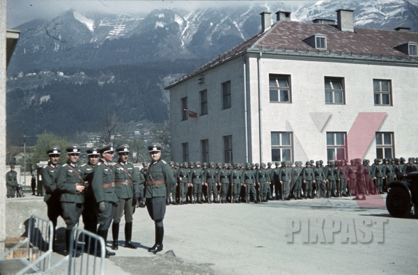 stock-photo-infantry-parade-4th-mountain-division-enzian-gebirgsartillerieregiment-94-lohengrin-kaserne-innsbruck-1940-12179.jpg