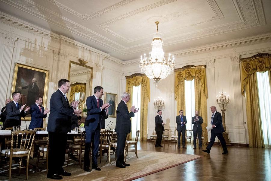 Трамп на встрече со своим аппаратом в Белом доме, 7.03.17.png