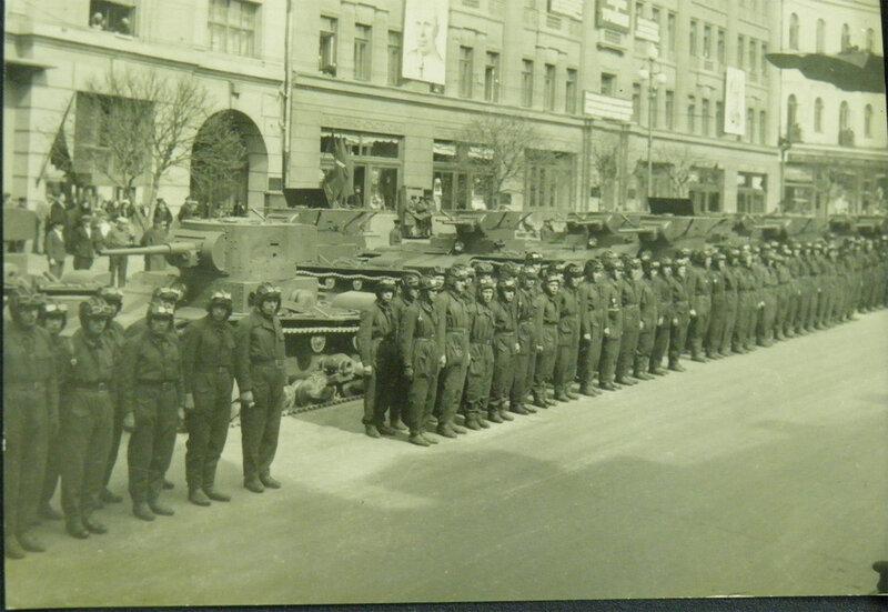 Парадный строй танкистов возле своих Т-26 на Крещатике 1 мая 1939 года.