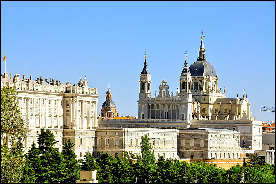 Вид из Дворца Дебот на Королевский Дворец и Кофедральный Собор