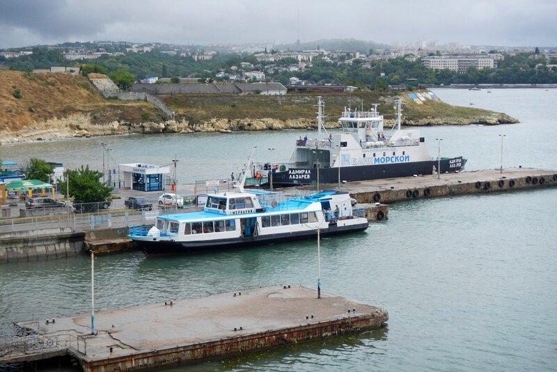Паром и морской трамвайчик в бухте на Северной стороне