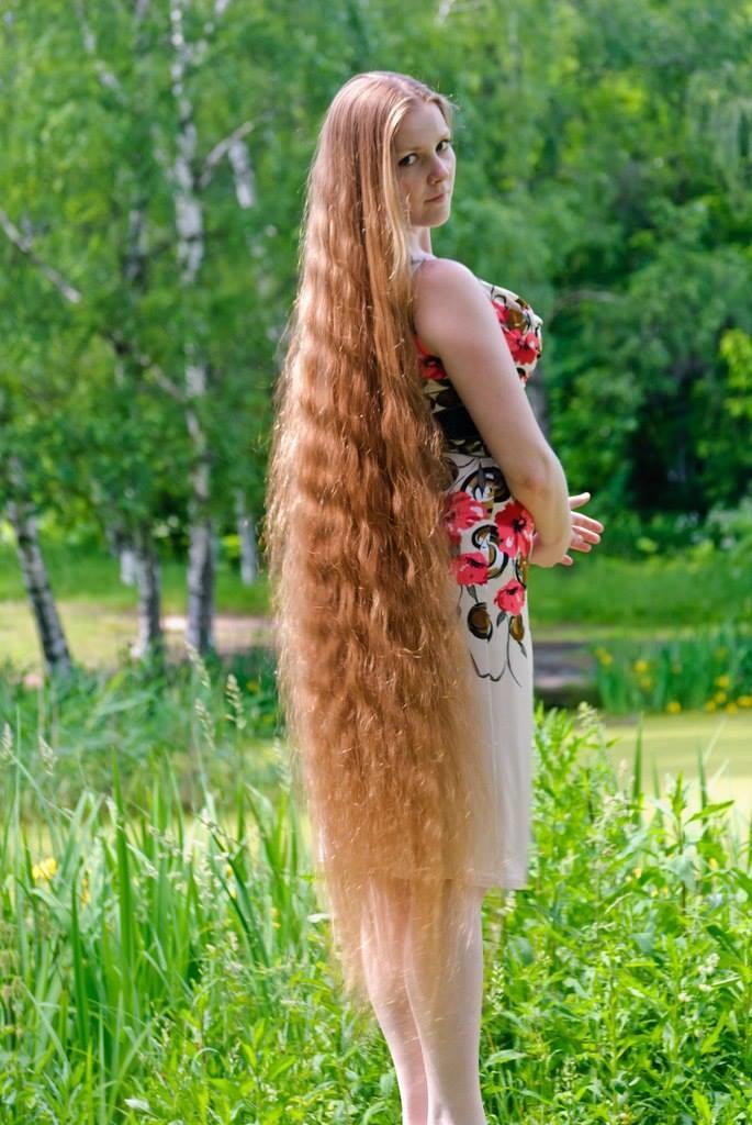 Трахает девку с длинными волосами