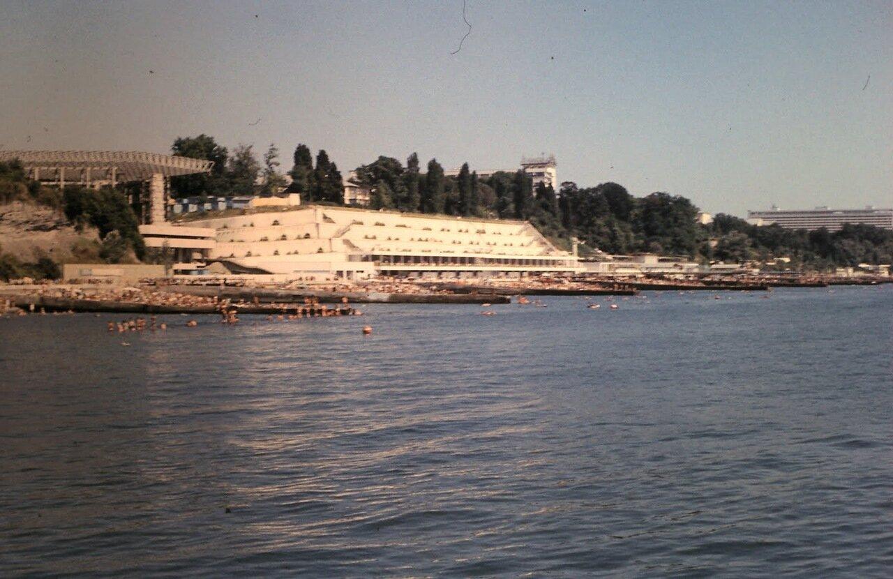 Вид порта с гостиницами «Ленинградская» и «Жемчужина»