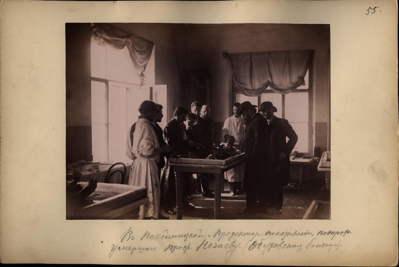 В покойницкой. Прозектор показывает потроха умершего проф. Нечаеву. (Обуховская больница). - 1887