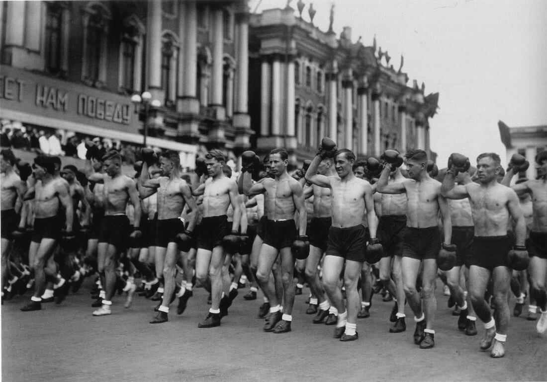 1933. Колонны физкультурников на площади Урицкого. Ленинград.