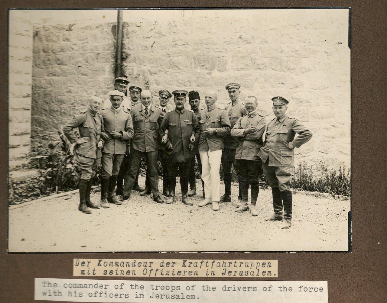 Командир отряда шоферов со своими офицерами в Иерусалиме
