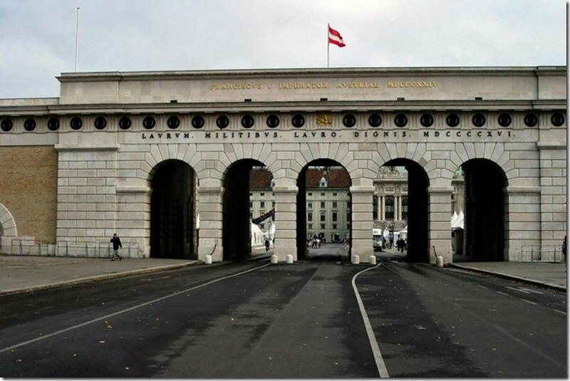 hofburg_palace_archway_vienna_austria_20090605_1641269832_3_resize.jpg