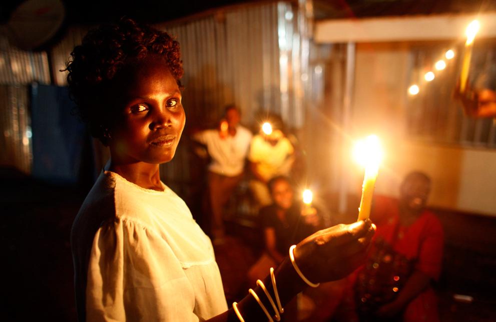 6. Девушка со свечкой в День независимости в Джубе. (Reuters/Goran Tomasevic)