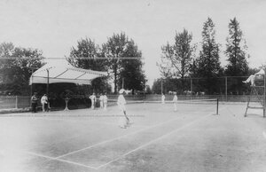 Офицеры за игрой в теннис.