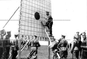 Стенд с показаниями артиллерийской стрельбы.