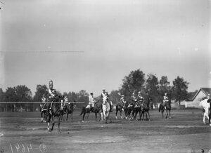 Император Николай II в форме Павловского полка с группой сопровождающих его офицеров направляется к месту парада полков.