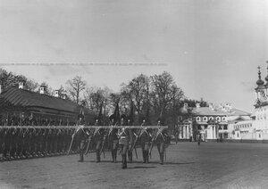 Парад конногренадер на храмовом празднике Конно-гренадерского полка полковые штандарты перед строем полка.